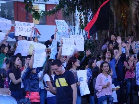 <p>Carregando cartazes, moradores de Marília protestaram nesta terça-feira</p>