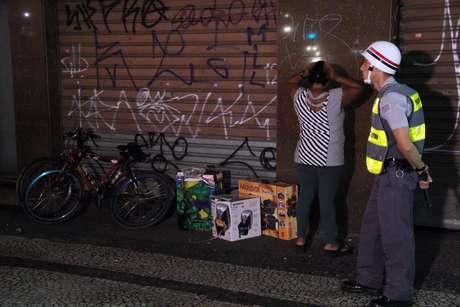 <p>Mulher é presa na praça do Patriarcacom vários produtos saqueados de lojas durante o protesto</p>