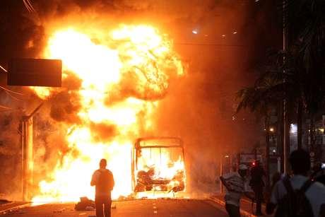Ônibus é incendiado durante protesto