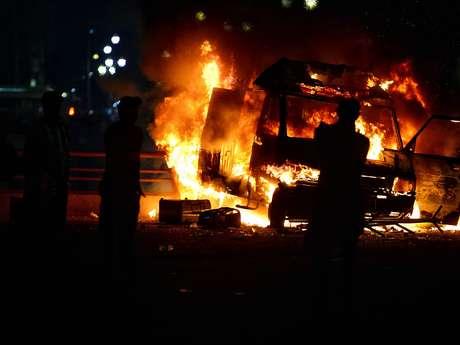 <p>Uma van da TV Record foi depredada e incendiada por manifestantes</p>