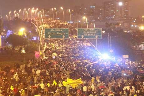 20 de junho - Multidão lota ponte de acesso de Florianópolis em mais uma noite de protestos na capital catarinense