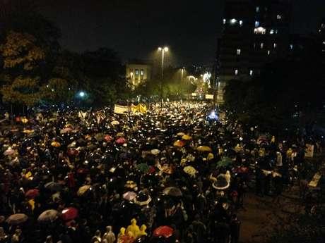 <p>Manifestantes marcham pela avenida João Pessoa, em Porto Alegre</p>