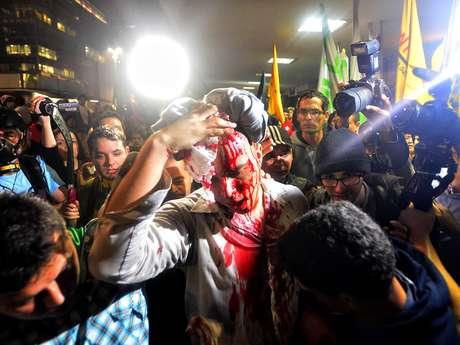 <p>Homem se feriu após<b></b>discussão motivada pela presença de bandeiras de partidos no protesto, em São Paulo</p>