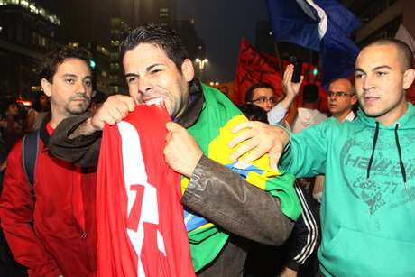 <p>Manifestante morde bandeira do PT durante protesto em São Paulo</p>