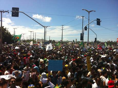 <p>Milhares de pessoas protestaram antes da partida entreBrasil eMéxicoem Fortaleza</p>