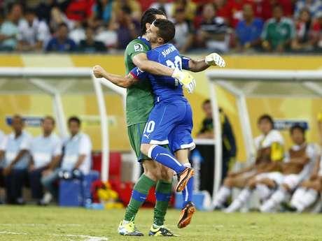 <p>Giovinco comemora gol com o experiente Buffon em vitória sobre o Japão</p>