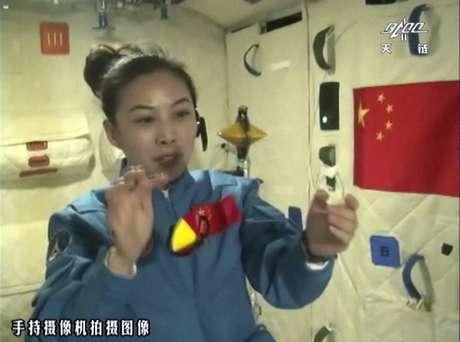 Com pêndulos, giroscópios e gotas d'água flutuando no ar, Wang mostrou às crianças vários fenômenos que ocorrem com a ausência de gravidade