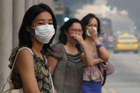 Moradores cobrem a boca ou usam máscaras por conta da poluição em Cingapura