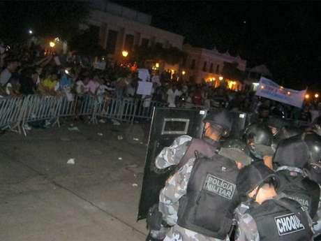 <p>Virou uma praça de guerra a frente da sede do governo do Maranhão e da prefeitura de São Luís. Os protestantes depredaram à frente da prefeitura, picharam as paredes e entraram em confronto com a Polícia. Cerca de 15 mil pessoas participaram do Vem pra Rua São Luís, que iniciou no final da tarde desta quarta-feira (19) e só começou a se dispersar no final da noite. Em frente à sede do governo do Estado, os manifestantes fizeram duros protestos contra o senadorJosé Sarney (PMDB-AP)</p>