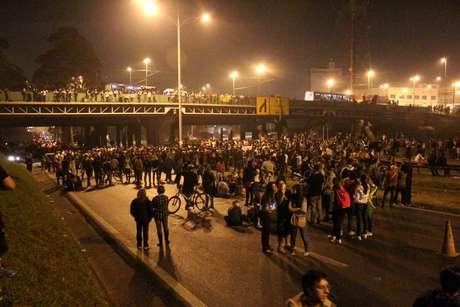 <p>Segundo a PM, por volta das 22h30, os manifestantes seguiam com o protesto e ocupavam as duas pistas da Anchieta no quilômetro 18</p>