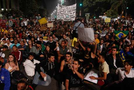 <p>Manifestantes comemoram redução da tarifa do transporte público durante protesto na avenida Paulista com Peixoto Gomide, em São Paulo (SP), na noite desta quarta-feira</p>