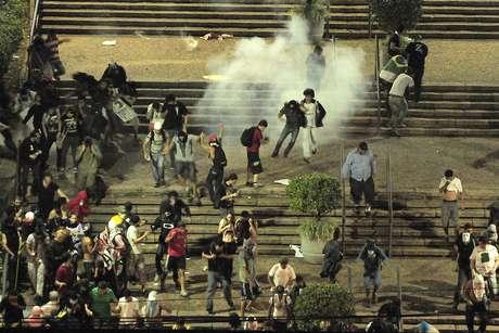 <p>Policiais e a Guarda Municipal atiraram bombas de gás lacrimogêneo contra os manifestantes em frente à prefeitura de Campinas</p>