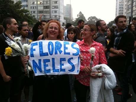 <p>As noivas Dedé Sendyk e Roberta Fortunatto, no protesto em São Paulo: flores para distribuir e pedir paz nos protestos</p>