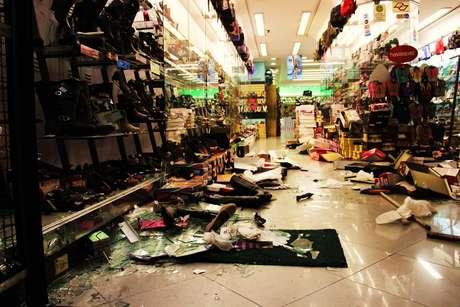 Lojas foram saqueadas durante um protesto na zona norte de São Paulo contra o aumento na tarifa do transporte público