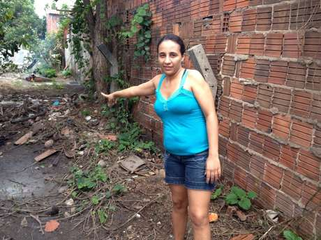Moradora mostra os problemas nos locais próximos ao Castelão