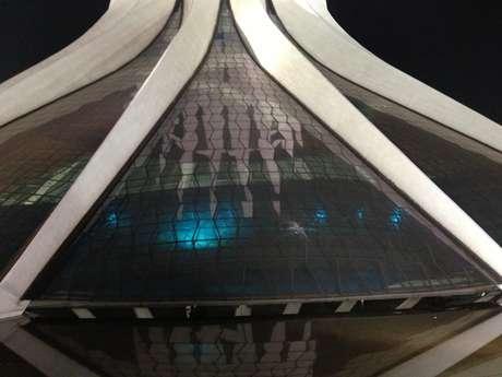 <p>A Catedral Metropolitana de Brasília foi alvo de pedras e teve seus vitrais quebrados</p>