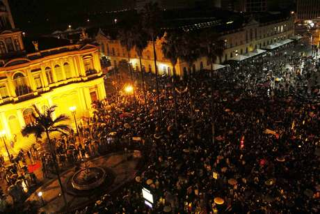 <p><b>Multidão se reúne para participar de protesto em frente à prefeitura de Porto Alegre, em 20 de junho</b></p>