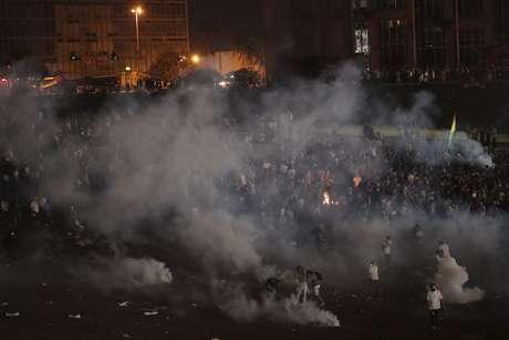Manifestantes e polícia entram em confronto durante protesto em Brasília na noite de quinta-feira