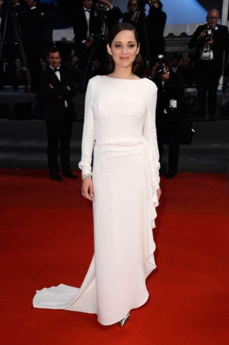 <p>Marion Cotillard es imagen de Dior y siempre va enfundada en diseños de la marca. Como este sencillo vestido en blanco impoluto.</p>