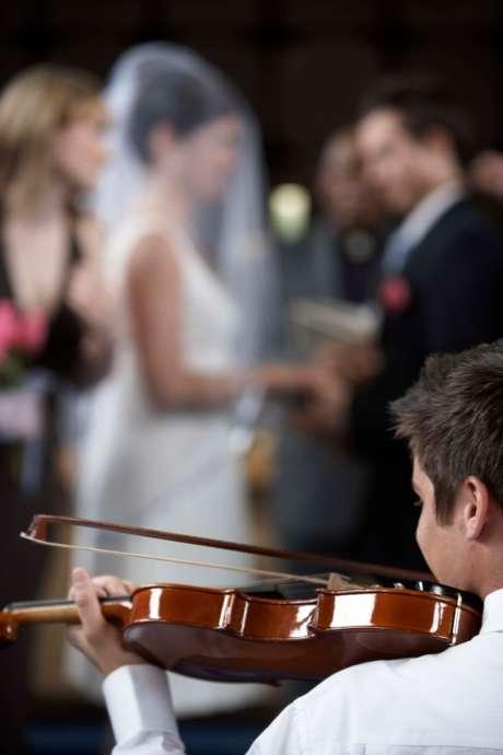 <p><strong>1.&nbsp;Pense em um aspecto do casamento em que voc&ecirc; gostaria de ter mais influ&ecirc;ncia</strong><br />N&atilde;o &eacute; nenhum segredo que a noiva vai querer planejar cada detalhe do casamento, do princ&iacute;pio ao fim. Mas antes que ela decida tudo, deixe claro que quer ajudar. Comente sobre um aspecto que gostaria de ter maior influ&ecirc;ncia, como na escolha da m&uacute;sica, do DJ, do fot&oacute;grafo. Se voc&ecirc;s n&atilde;o conseguem trabalhar em conjunto no planejamento do casamento, como v&atilde;o ser capazes de trabalhar juntos em outros grandes eventos na vida?</p>