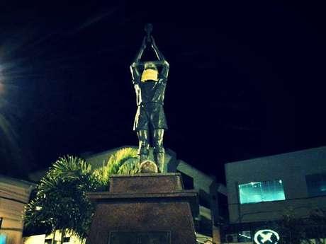 Estátua de Pelé também foi alvo durante protesto
