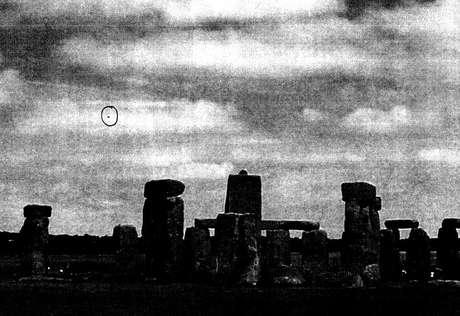 <p>Imagem de arquivo mostra o que seria um óvni sobre Stonehenge</p>