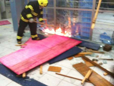 <p>Bombeiro apaga fogo ateado por vândalos em uma agência bancária em Porto Alegre</p>