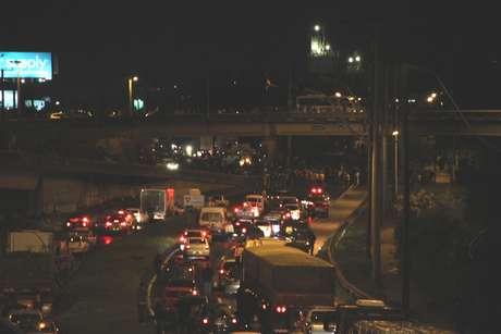 <p>Em Esteio (RS), o Comando de Policiamento Metropolitano (CPM) bloqueou a BR-116 por volta das 19h30 para permitir a passagem de um grupo de manifestantes</p>