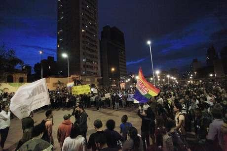 <p>Manifestantes protestam contra a aprovação da cura gay na Comissão de Direitos Humanos e Minorias da Câmara dos Deputados, na Praça Roosevelt, centro de São Paulo</p>