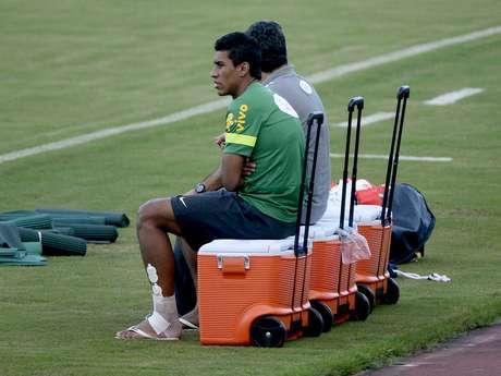 <p>Com torção no tornozelo, Paulinho não enfrenta a Itália</p>