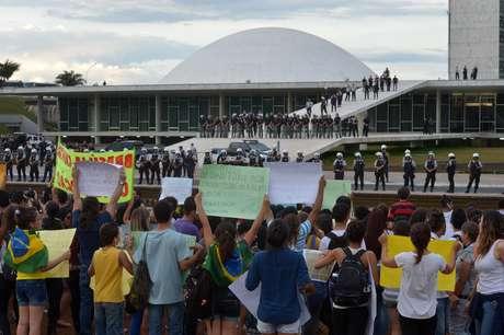 <p>Manifestantes mostram cartazes e gritam palavras de ordem aoCongresso Nacional, que estava vazio</p>