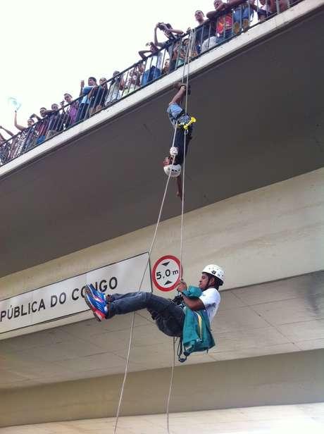 <p>Manifestantes praticam rapel durante protesto em Belo Horizonte neste sábado</p>