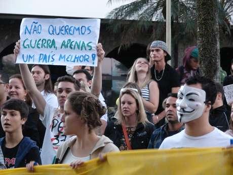 Com faixas e cartazes, manifestantes foram às ruas de Blumenau para pedir melhorias