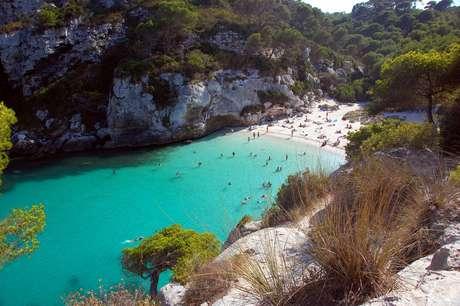 <p><strong>Cala Macarelleta, Menorca, Espanha</strong><br />No sudoeste da charmosa ilha de Menorca, no arquipélago espanhol das Baleares, Cala Macarelleta seduz os visitantes com areias finas frente a belas águas turquesa. O pequeno paraíso é acessível através de um caminho de 30 minutos ao longo dos penhascos, saindo de Cala Macarella</p>