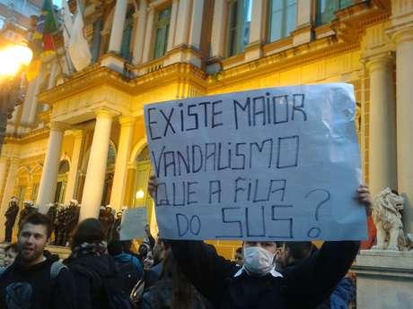 Manifestante protesta contra o serviço público de saúde no País
