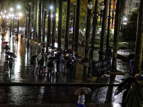 <p>Grupo realizou protesto na praça da Sé, no centro de São Paulo, nesta segunda-feira. Cerca de 21 manifestantes tentaram fechar as vias da região, mas seguiram pela calçada</p>