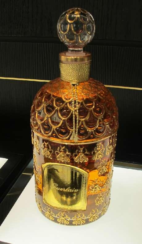 """<p><span style=""""font-family: Arial, sans-serif;"""">O frasco no novo perfume da Guerlain faz referência ao vidro da fragrância criada em 1853, a pedido de Napoleão III para sua esposa Eugenia. Abelhas, o símbolo do imperador, aparecem e relevo</span></p>"""