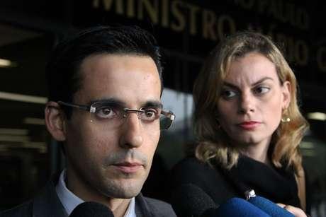 Os advogados de Elize, Luciano Freitas Santoro e Roselen Solio, concedem entrevista no Fórum da Barra Funda