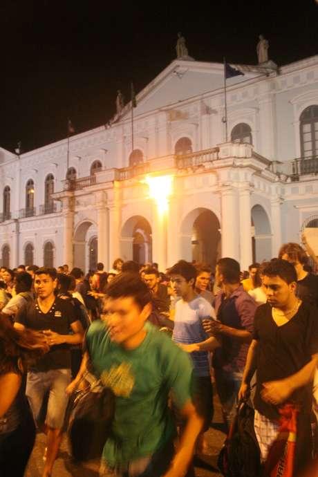 <p>Um manifestante jogou um coquetel molotov no prédio da prefeitura de Belém, nesta segunda-feira, enquanto um protesto era realizado em frente ao local</p>