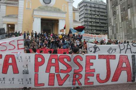 O manifesto, organizado pelo Movimento do Passe Livre (MPL) na capital catarinense, reúne em sua maioria estudantes da Universidade Federal de Santa Catarina (UFSC) e integrantes de partidos políticos de esquerda