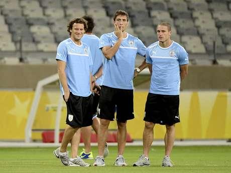 <p>Eguren (ao centro) deve ser um dos reforços do Palmeiras para a Série B</p>