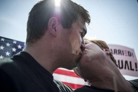 Michael Knaapen (esq.) beija o seu marido John Becker após o anúncio da decisão da Suprema Corte dos Estados Unidos que derrubou a lei que definia o casamento como uma união entre um homem e uma mulher