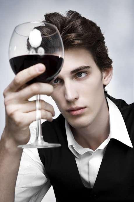 <p>Cinquenta e quatro especialistas tomaram duas taças de vinho, tinto e branco. O tinto foi descrito como rico em aromas de frutas vermelhas. O fato é que ambos foram tirados da mesma garrafa e uma parte 'tingida' como corante sem sabor</p>