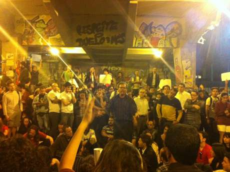 Ativista discursa sobre suas prioridades no movimento; grupos de trabalho foram formados ao final da reunião