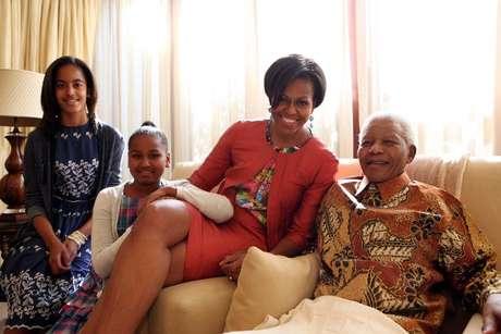 Mandela posa para fotos com a primeira-dama dos Estados Unidos, Michelle Obama, e suas filhas no dia 21 de junho de 2011, em Qunu