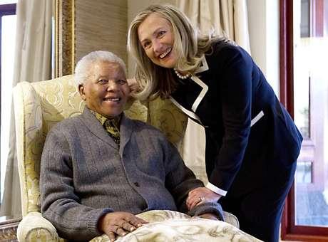 A secretária de Estado americana, Hillary Clinton, se encontra com Mandela na casa do ex-presidente sul-africano, em Qunu, em 6 de agosto de 2012, uma das últimas imagens dele divulgadas internacionalmente