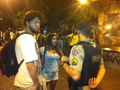 Polícia e manifestantes conversam sobre política; na quarta, a tensão marcará o encontro