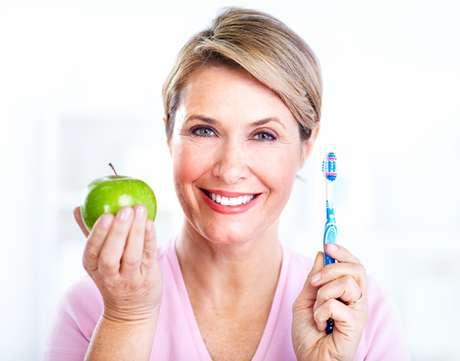 Não é natural os dentes caírem, se forem bem cuidados durante toda a vida, permanecerão saudáveis