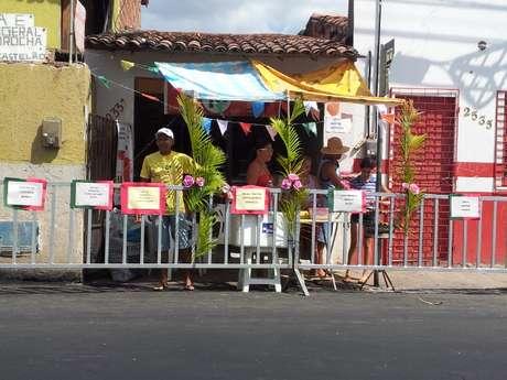 <p>Nos arredores do estádio, ambulantes competem em vários idiomas contra preços estipulados pela Fifa</p>