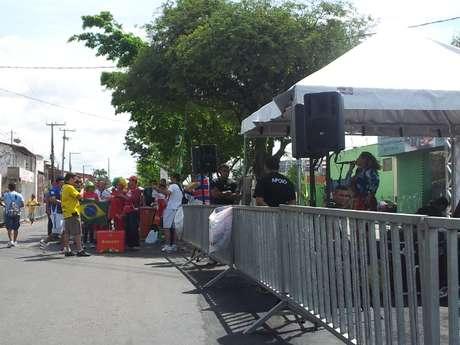 <p>Para incentivar longa caminhada, capital do Ceará conta até com banda de forró perto de estádio</p>
